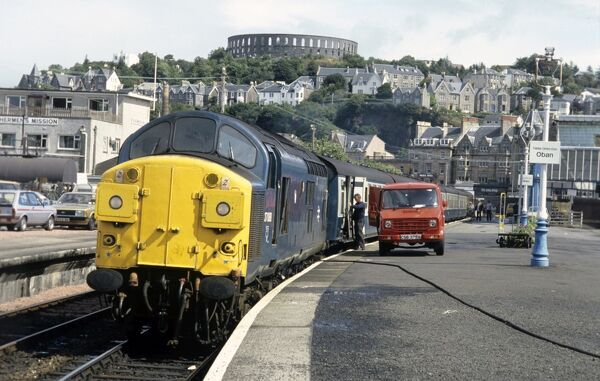 37088 at Oban, Service to Glasgow (Queen Street) collects mail before departure. 7th August 1985